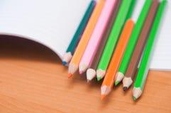 Bleistifte auf Notizbuch Lizenzfreie Stockbilder