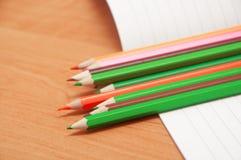 Bleistifte auf Notizbuch Stockbild
