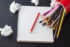 Bleistifte auf Notizbuch Lizenzfreies Stockbild