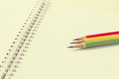 Bleistifte auf Papier, Weinleseart Lizenzfreie Stockfotos