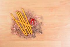 Bleistifte auf Schnitzeln Lizenzfreie Stockfotos