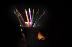 Bleistifte auf schwarzem Hintergrund, Stockfotos