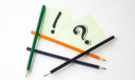 Bleistifte auf weißem Hintergrund mit Aufklebern und Zeichen Stockbilder