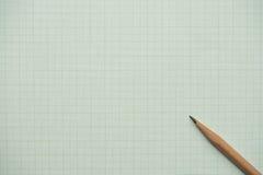 Bleistifte auf Zeichenpapier mit Maßeinteilung Stockfoto
