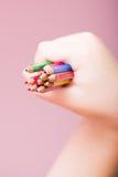 Bleistifte bündeln in einer Hand Stockfoto