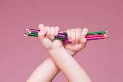 Bleistifte bündeln in einer Hand Stockfotos