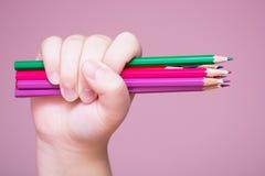Bleistifte bündeln in einer Hand Lizenzfreies Stockbild