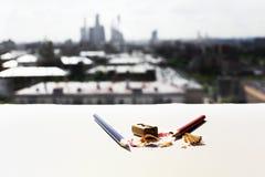 Bleistifte, Bleistiftspitzer und Sägemehl Stockfoto