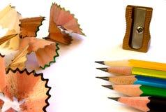 Bleistifte, Bleistiftspitzer und Schnitzel Lizenzfreie Stockfotografie
