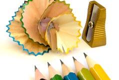Bleistifte, Bleistiftspitzer und Schnitzel Stockfotografie