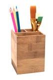 Bleistifte in der hölzernen Halterung getrennt auf Weiß Stockfotografie