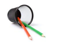 Bleistifte in der Metallhalterung getrennt auf Weiß lizenzfreies stockfoto