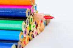 Bleistifte der Nahaufnahme rote Farbauf weißem Hintergrund Stockbilder