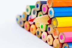 Bleistifte der Nahaufnahme rote Farbauf weißem Hintergrund Stockfotografie