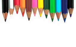 Bleistifte in der Reihe lokalisiert auf weißem Hintergrund Stockbild