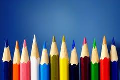 Bleistifte der verschiedenen Farben sind in der Reichweite Stockbilder