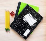 4 Bleistifte, ein Bleistiftspitzer und zwei Notizbücher mit Blinddeckel für kundengebundene Mitteilung Lizenzfreie Stockfotos
