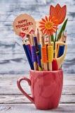 Bleistifte in einem Becher Stockbild