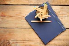 Bleistifte in einem Becher auf einem Holztisch Stockfotografie
