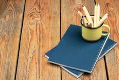 Bleistifte in einem Becher auf einem Holztisch Stockfotos