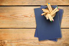 Bleistifte in einem Becher auf einem Holztisch Stockfoto