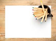 Bleistifte in einem Becher auf einem Holztisch Lizenzfreie Stockfotografie