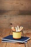 Bleistifte in einem Becher auf einem Holztisch Lizenzfreies Stockbild