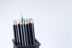 Bleistifte in einem Bleistiftkasten auf lokalisiert Stockfoto