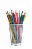 Bleistifte in einem Bleistiftkasten auf weißem Hintergrund Stockfotografie