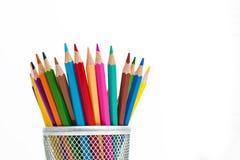 Bleistifte in einem Bleistiftkasten auf weißem Hintergrund Stockbild