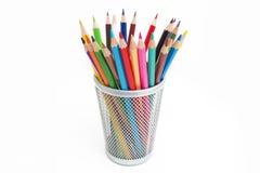 Bleistifte in einem Bleistiftkasten auf weißem Hintergrund Lizenzfreie Stockfotografie