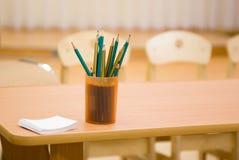 Bleistifte in einem Cup auf dem Rand der Tabelle Stockfoto