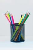 Bleistifte in einem Fall auf dem hellfarbigen Regal Lizenzfreie Stockbilder