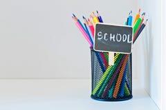 Bleistifte in einem Halter auf dem hellfarbigen Regal Lizenzfreie Stockbilder
