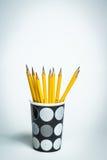 Bleistifte in einem Schwarzweiss-Becher Stockfotos