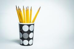 Bleistifte in einem Schwarzweiss-Becher Stockbild