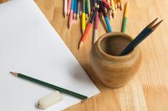 Bleistifte, Farbbleistifte und Papier Stockfotografie