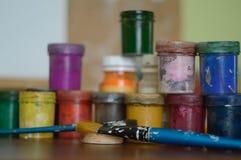 Bleistifte, Farbe und Papier auf dem Tisch Lizenzfreies Stockfoto