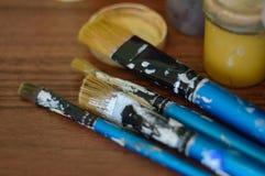 Bleistifte, Farbe und Papier auf dem Tisch Lizenzfreies Stockbild