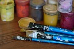 Bleistifte, Farbe und Papier auf dem Tisch Lizenzfreie Stockbilder