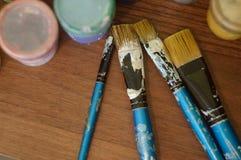 Bleistifte, Farbe und Papier auf dem Tisch Stockbilder