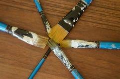 Bleistifte, Farbe und Papier auf dem Tisch Stockbild