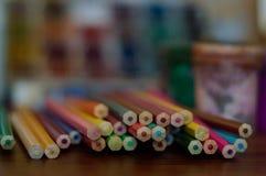 Bleistifte, Farbe und Papier auf dem Tisch Stockfotografie