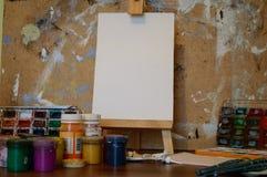 Bleistifte, Farbe und Papier auf dem Tisch Lizenzfreie Stockfotos