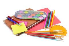 Bleistifte, Farben, Notizbücher und anderes Briefpapier lokalisiert Stockfoto