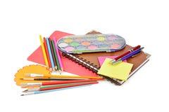 Bleistifte, Farben, Notizbücher und anderes Briefpapier lokalisiert auf einem wh Stockfoto