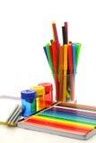 Bleistifte, Federn und Bleistiftspitzer Lizenzfreie Stockfotos