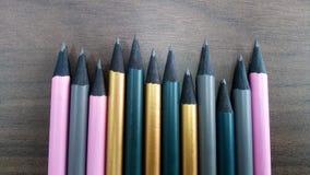 Bleistifte in Folge auf Schreibtisch lizenzfreies stockfoto