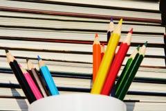 Bleistifte gegen Buchhintergrund Lizenzfreie Stockbilder