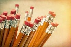 Bleistifte gegen einen Weinlesehintergrund Stockfoto
